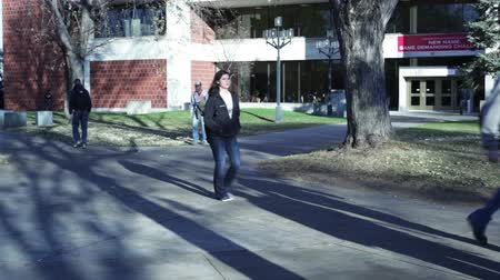 ödev : Time lapse of college students walking on a university campus.
