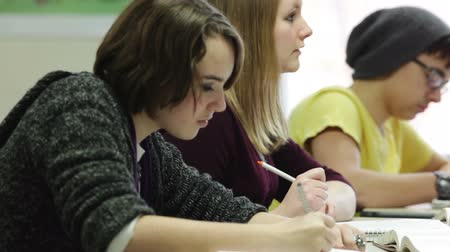 элементарный : High school students taking notes in classroom