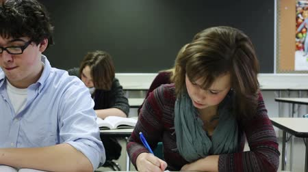 középiskola : High school students taking notes in classroom