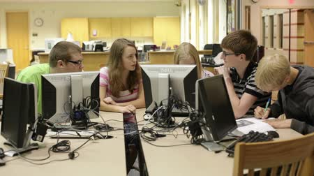 nastolatki : A group of students working & researching in the school library (media center) Wideo