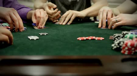 dobókocka : A group of adults (gentlemen) play texas holdem poker