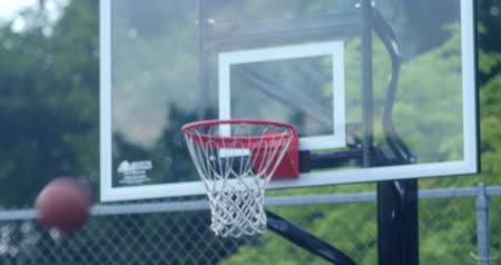 sportowiec : Young boys playing basketball in a small park. 4K Wideo