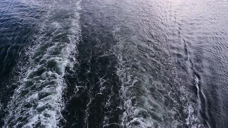 kruvazör : The movement of water. The track on the water from the ship. Stok Video