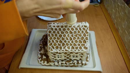 festett : Dressing gingerbread house at home. Stock mozgókép