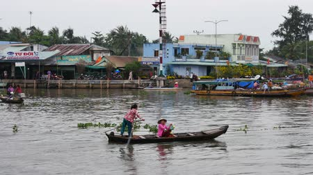 karakteristik : CANTHO, VIETNAM - December 5th, 2015: Cai Rang floating market in Mekong River is characteristic for the West River area casual and rustic in business agricultural commodities in Can Tho, Viet Nam