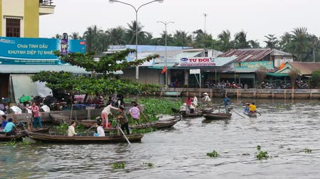 charakteristický : CANTHO, VIETNAM - December 5th, 2015: Cai Rang floating market in Mekong River is characteristic for the West River area casual and rustic in business agricultural commodities in Can Tho, Viet Nam