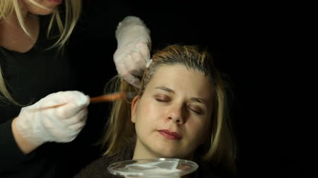 branqueamento : Woman at hairdresser bleaching hair