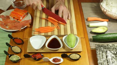comida japonesa : Chopping carrot for making Sushi roll