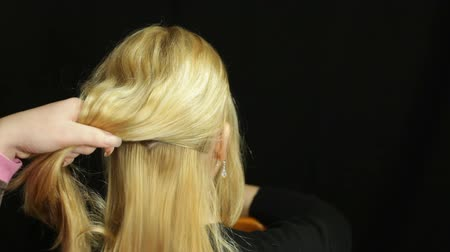 corte de cabelo : Rear view of blond woman hair at hairdresser