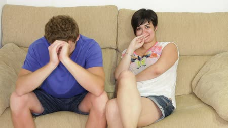 кризис : Thoughtful young couple sitting on sofa. Стоковые видеозаписи
