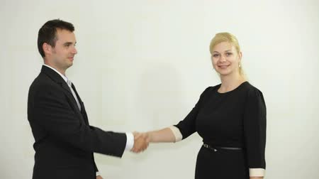 рукопожатие : Businessman and businesswoman handshaking Стоковые видеозаписи