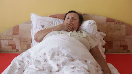 alerji : Ill senior woman coughing in bed. Stok Video