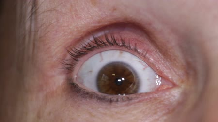 испуг : Macro of scared eye of middle aged female. Стоковые видеозаписи