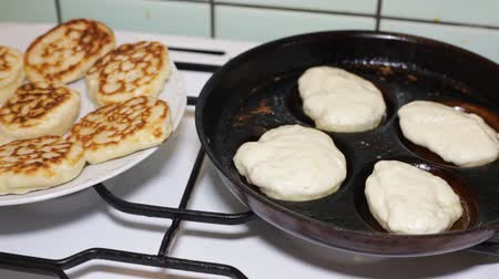 блин : Closeup of pancakes on frying pan. Стоковые видеозаписи
