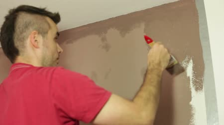 decorador : Man with a paint brush decorating interior. Stock Footage