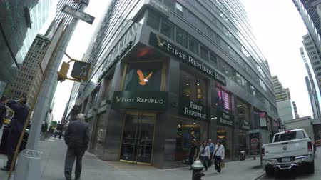 camion benne : New York, Etats-Unis - 14 mai 2015: Le trafic à Madison Avenue et de la branche First Republic Bank à Midtown Manhattan. Vidéos Libres De Droits