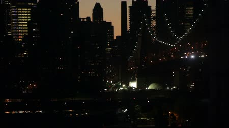 ночная жизнь : Fast motion night scene of traffic at FDR drive and the Queensboro Bridge over the East River in Midtown Manhattan, New York City, USA.