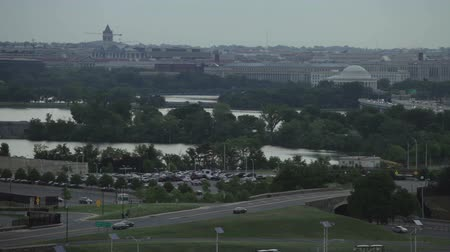 pentágono : Fast motion scene of busy traffic and Potomac River in Washington DC, USA. View from Pentagon City. Vídeos