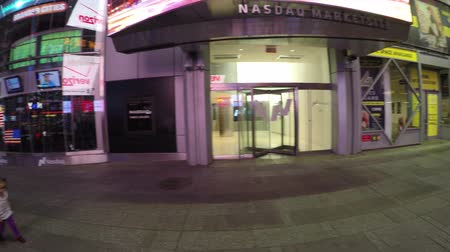 besi : New York City, USA - 19 May 2015: Nasdaq MarketSite the Nasdaq stock market building entrance at night located in Times Square, Midtown Manhattan. Stok Video