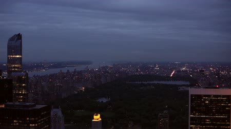 центральный : The Central Park and Manhattan skyline at night in New York City, USA.