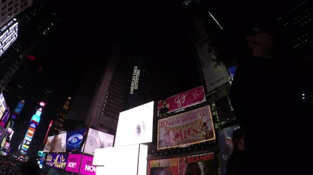 amerika : New York City, USA - 19 May 2015: Night scene of Times Square with lights, advertisements and skyscrapers in Midtown Manhattan. Dostupné videozáznamy