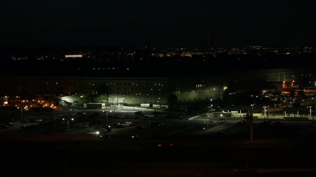 pentágono : Fast motion of the Pentagon building and busy highway at night in Washington DC, USA.