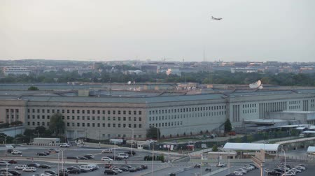 pentágono : The Pentagon building and the airplane flying on the sky in Washington DC, USA.