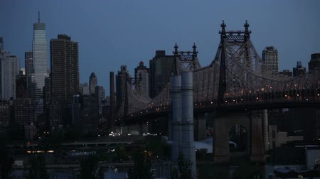 wschód słońca : Time lapse dawn scene of the Queensboro Bridge over the East River in Midtown Manhattan, New York City.