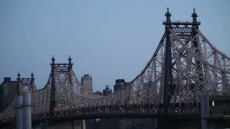 východní : Time lapse morning scene of the Queensboro Bridge over the East River in Midtown Manhattan, New York City.
