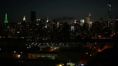 ostrovy : Midtown Manhattan skyline, the East River and Long Island detail at night, New York City, USA.