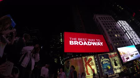 schermen : New York City, Verenigde Staten - 19 mei 2015: Zicht op Times Square schermen en advertenties in de nacht in Midtown Manhattan.