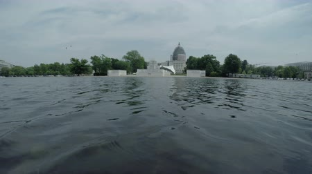 управлять : Capitol Reflecting Pool and United States Capitol in Washington DC, USA.