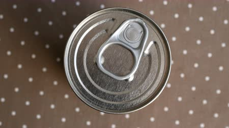conservado : Top view of closed food tin can with a round pull lid. Vídeos