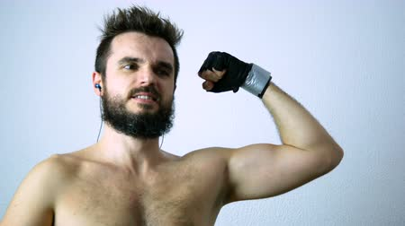 mężczyźni : Determined bearded man training and showing his strong body, isolated on white background.
