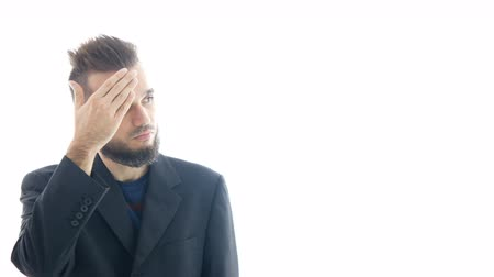 Serious bearded man in suit tapping on his forehead, business nonsense and stupidity concept, studio isolated on white background. Dostupné videozáznamy