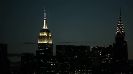 New York City, USA - 14 May 2015: The Empire State Building and the Chrysler Building in Manhattan at dusk. Dostupné videozáznamy