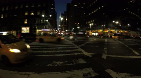 New York City, USA - 17 May 2015: Cars crossing the road at 3rd Ave and East 42nd Street in Midtown Manhattan at night. Dostupné videozáznamy