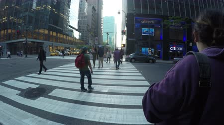 New York City, USA - 17 May 2015: Cars and people crossing the road at Madison Ave and East 42nd Street in Midtown Manhattan. Dostupné videozáznamy