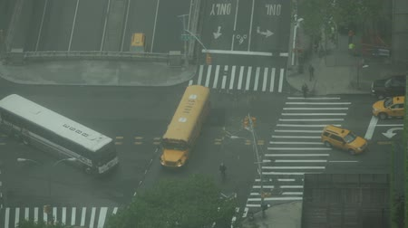 New York City, USA - 19 May 2015: Traffic on the crossroad of First Avenue and East 42nd Street on Midtown Manhattan. Dostupné videozáznamy