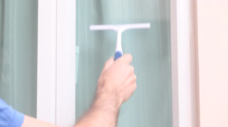 temizleme maddesi : hand with window cleaning tool