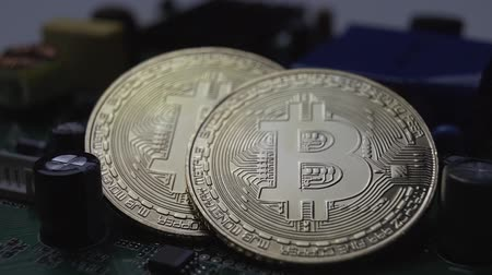 mikroprocesor : cryptocurrency bitcoin coins and chip slowly rotate close-up Dostupné videozáznamy
