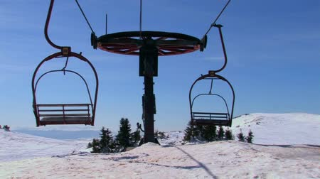 esqui : Old double seat ski lift out of order