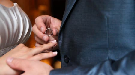 halkalar : Groom putting a wedding ring on brides finger