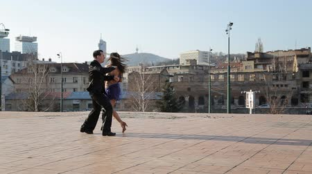 moderní : Professional dancers dancing  in the street of Sarajevo, Bosnia and Herzegovina