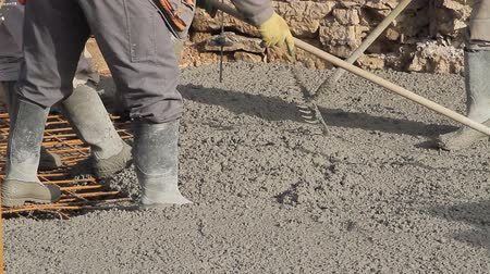 beton : Spreading concrete, Concrete pouring works, laborer compacting liquid cement into reinforcement form work