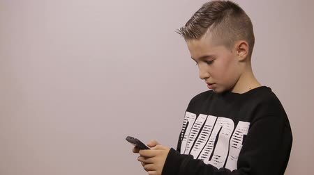 menino : Boy typing message on smartphone