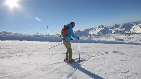 yarışma : Alpine skier skiing slalom, blue sky on background Stok Video