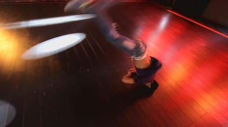 pausa : Hip-hop dancer  dances on stage in the club