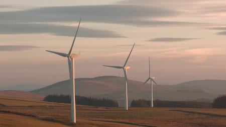 энергия ветра : Early evening light over Longpark windfarm in the Scottish Borders, 3 miles north of Galashiels by the town of Stow, consists of 19 turbines, each tower being 59 metres high.