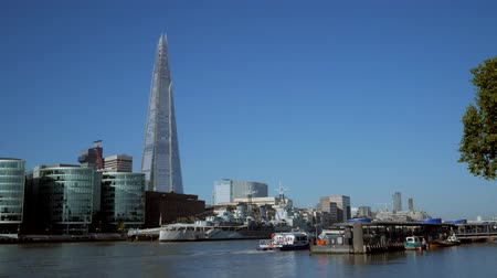 význam : Static shot of The Shard, City Hall and HMS Belfast taken from the north bank of the Thames. Footage is 4K original and shot on a clear sunny autumn morning as a Thames river boat passes Dostupné videozáznamy